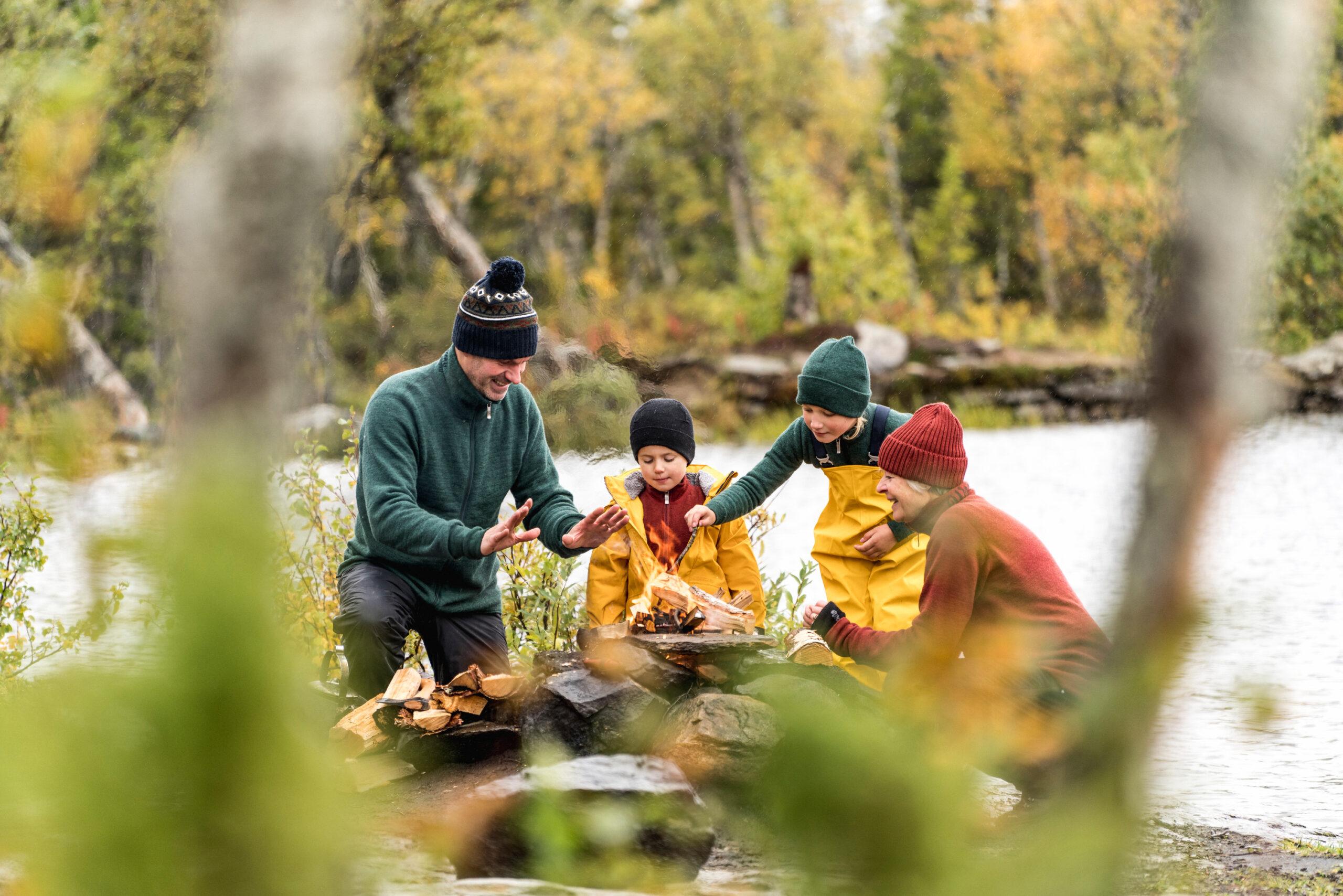 Familj med barnkläder i Ullfrotté stickade i Östersund.