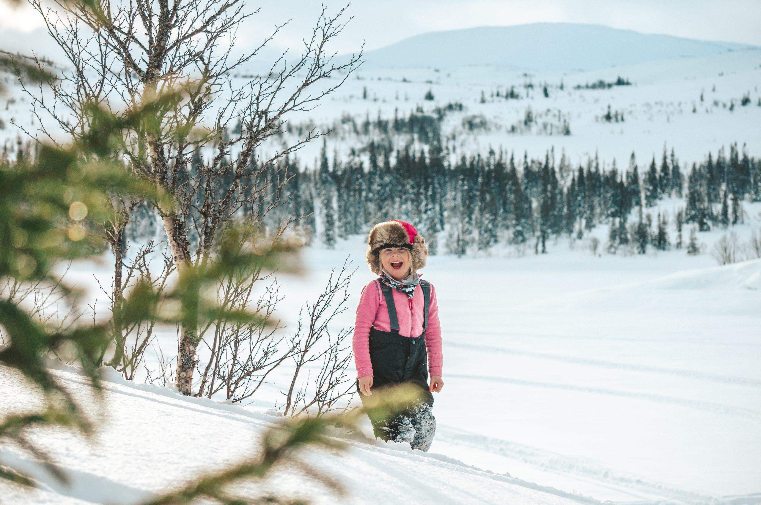 Flicka som busar i snön