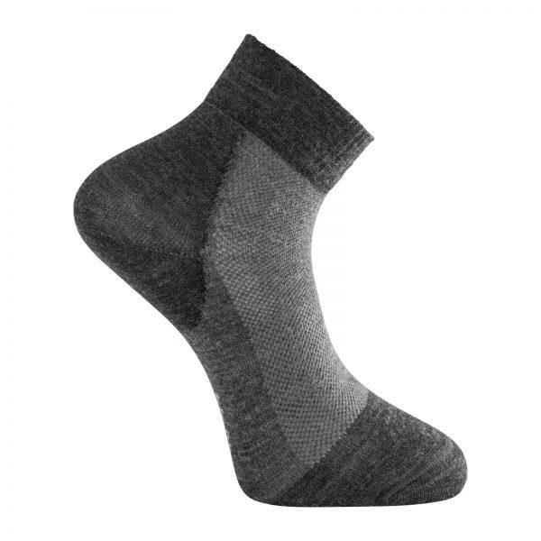 Tunn strumpa med kort skaft i mörkgrå och grå. Namn på produkten Socks Skilled Liner Short