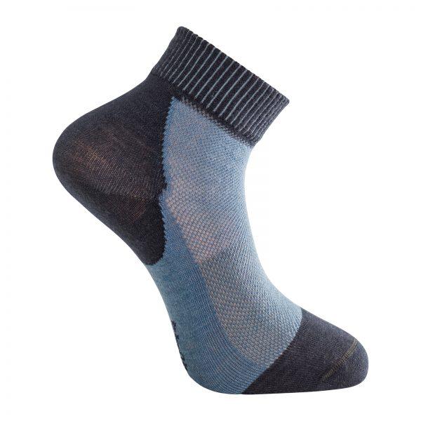 Tunn strumpa med kort skaft i mörkblå och ljusblå. Namn på produkten Socks Skilled Liner Short