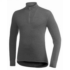 Framsida grå underställströja med krage och kort blixtlås. Namn på produkt Zip Turtleneck 200